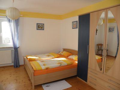 Bild - ferienwohnung-terrasse-schlafzimmer-familien-doppelbett - Ausstattung und Freizeit Angebote