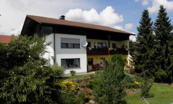 ferienwohnung-wintersportort-hohen-bogen-garten-ferienhaus-ansicht