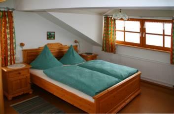 ferienwohnungen-ernst-regen-apartment-schlafzimmer