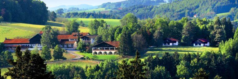 feuerschwendt-gutshotel-bayerischer-wald-hundehotel-niederbayern-breitbild-1400