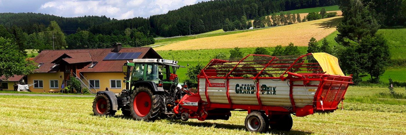 Kinder und Familien Urlaub auf dem Bauernhof in Bayern mit Traktor fahren