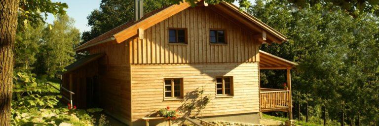 fischer-holzhaus-bayerischer-wald-ferienhütten-ansicht-aussen