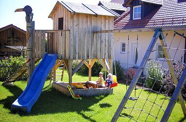 fischer-private-ferienwohnung-bayern-kinderspielplatz-haus