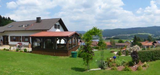 friedrich-familienpension-kurzurlaub-bayerischer-wald-hausansicht-breitbild-1400