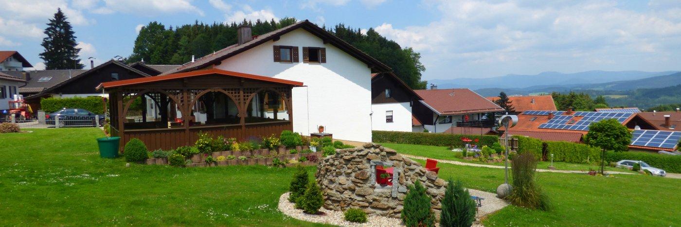friedrich-ferienpension-kurzurlaub-bayern-hausansicht-breitbild-1400