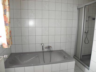 gasthof-gross-ferienwohnung-gasthaus-badezimmer-badewanne-410
