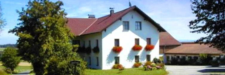 Appartements Bayerischer Wald - Ansicht Haberlhof in Stamsried mit Spielscheune und Kinderausstattung