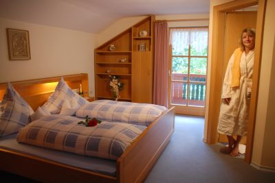 Schlafzimmer in der Bergpension Bayern