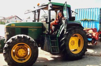 hain-bauernhof-traktor-fahren-bayerischer-wald