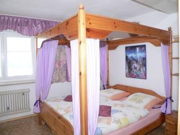 handlhof-bauernhof-walderbach-reichenbach-ferienwohnung-schlafzimmer-himmelbett