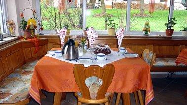 Frühstück im Aufenthaltsraum in der Pension Hiebl in Gotteszell im Landkreis Regen
