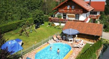 Ansicht der Pension Hiebl mit Pool im Garten
