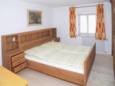 holmerhof-ferienwohnungen-wiesenfelden-schlafzimmer