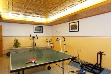 hotel-am-berg-bayerwald-fitnessraum-tischtennisplatte-bild-231-380