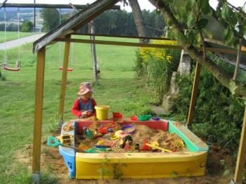 Spielhaus für unsere kleinen Gäste auf dem Bauernhof Handl