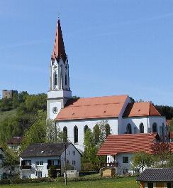 Zell: Kirche und links auf dem berg die Burgruine