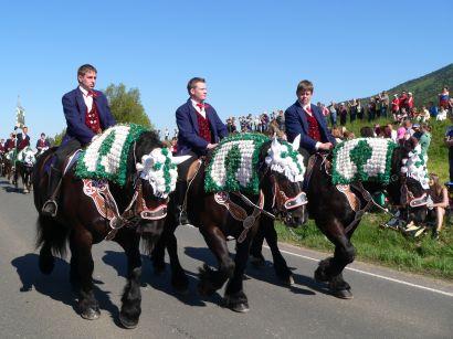 koetztinger-pfingstritt-pferdewallfahrt-reiter-trachten-410