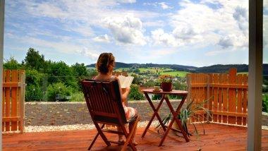 kopp-seminarhaus-bayerischer-wald-gruppenunterkunft-terrassen-ausblick