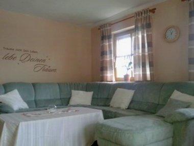 kriegerhof-ferienwohnung-bauernhof-bayern-wohnen-couch