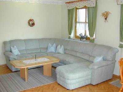 kriegerhof-ferienwohnungen-ostbayern-bauernhof-couch