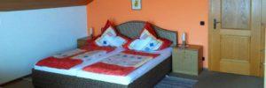 lesny-ferienwohnung-wiesenfelden-unterkunft-niederbayern-schlafzimmer