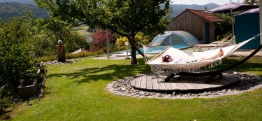 linde-hotel-erholung-garten-relaxliege-375