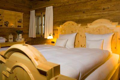 luxuschalet-in-den-bergen-schlafzimmer-bayerischer-wald