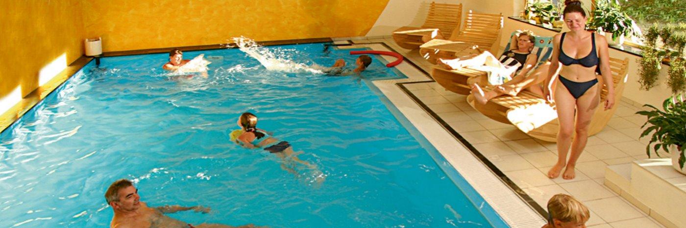 neuhof-hallenbad-wellnesshotel-niederbayern-schwimmbad