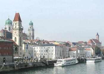 Ansicht Passau mit Donauschifffahrt, Rathaus, Dom und Stadtkirche