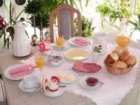 pension-zimmer-fruehstueck-fruehstueckstisch-gedeckt-150