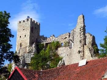Aktivurlaub oder Erholungsurlaub Fernblick zur Burgruine Weisssenstein bei Regen