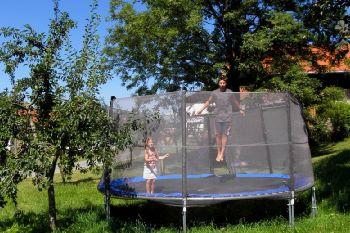 schaetzlhof-andelsbrunn-kinder-bauernhofurlaub-trampolin-springen
