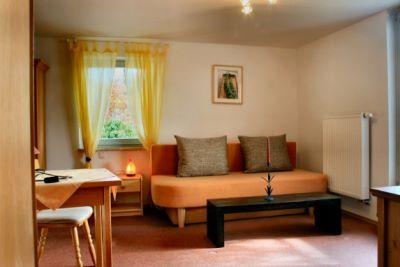 seminarhaus-ferienwohnung-unterkunft-gruppenfahrten-bayern-wohnzimmer