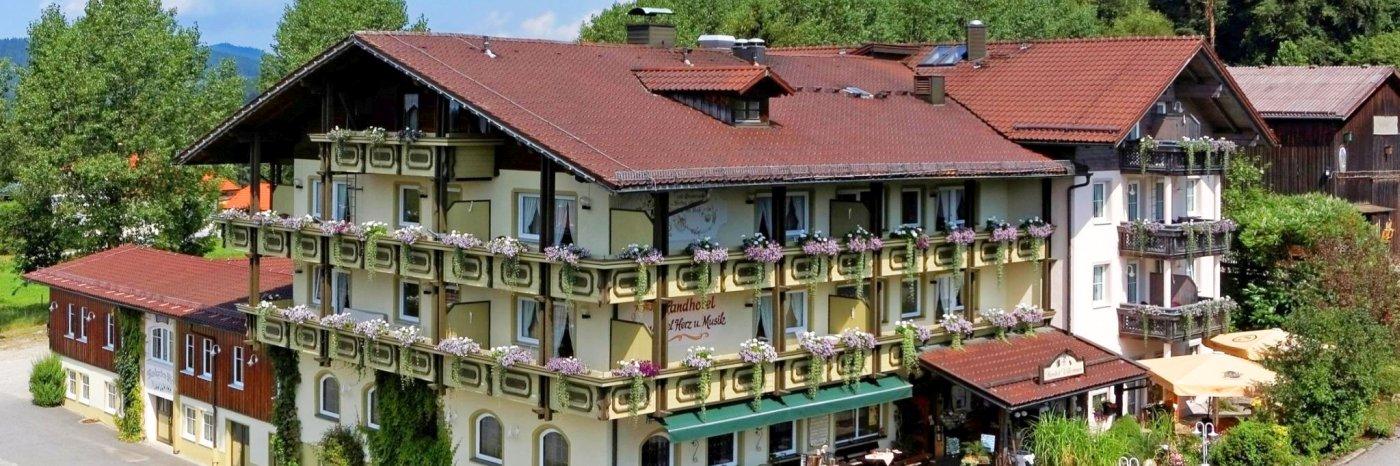 singender-musikantenwirt-bayerischer-wald-tanzabende-musikhotel in Bayern