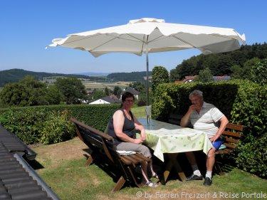 Garten Terrasse mit Ausblick von der Ferienwohnung für geführte Wanderungen Bayern
