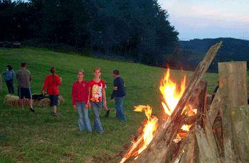 Lagerfeuer am Bauernhof im Bayerischen Wald