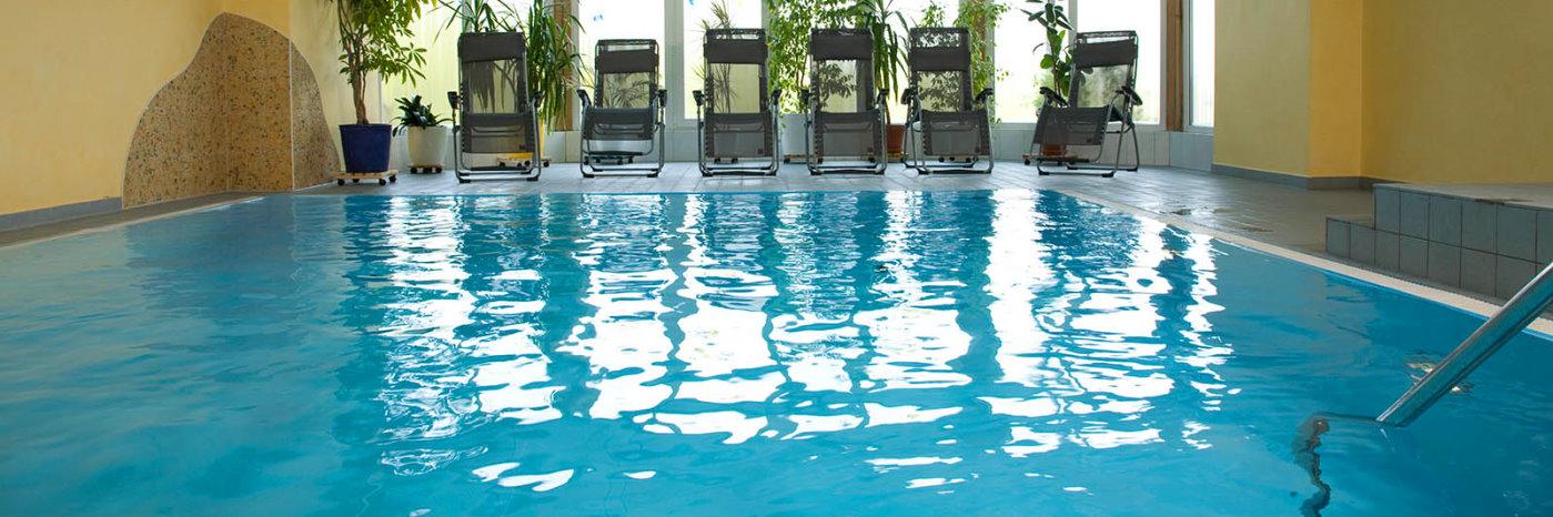 hallenbad-im-wellnesshotel-bayerischer-wald-schwimmbad