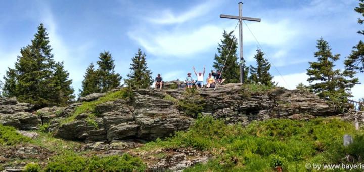 wanderurlaub-bayerischer-wald-kleiner-arber-berg-gipfelkreuz