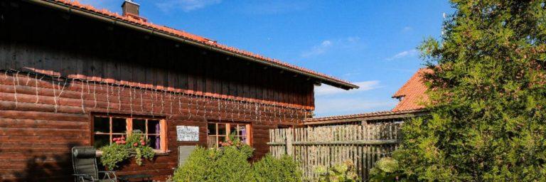 wartner-chalets-privater-whirlpool-bayern-luxus-ferienhaus-aussen