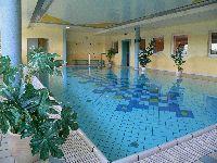 Gesundheit Prävention Urlaub - wellnessurlaub-pool-gesundheit-sport-schwimmen