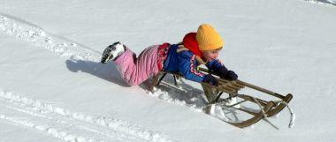 Winter Urlaub in Bayern schlittenfahren in Deutschland Winterreisen