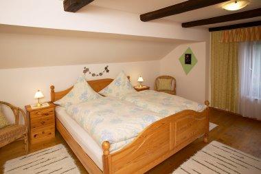 ferienwohnungen-bauernhofurlaub-schlafzimmer